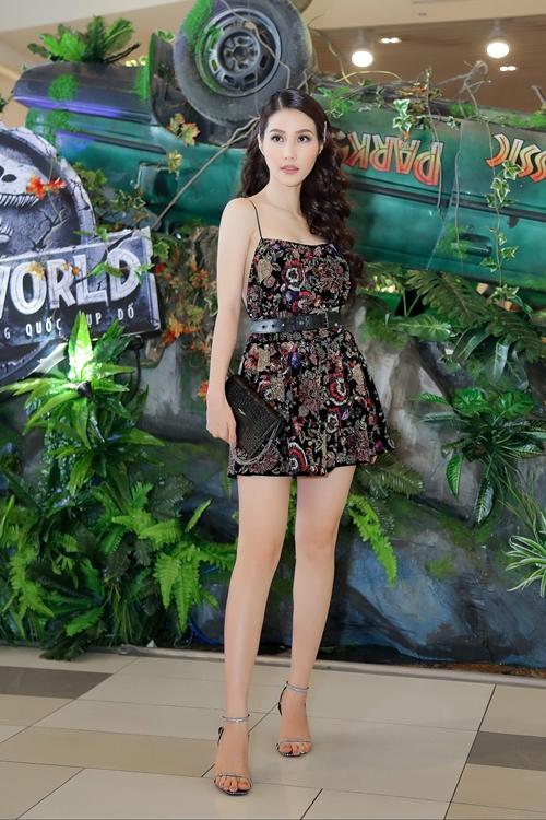 Tối 7/6, Diễm My đảm nhận vai trò MC trong buổi ra mắt bom tấn điện ảnh Jurassic World. Cô gây chú ý bởi lối ăn nói linh hoạt, tạo không khí vui tươi cho chương trình.