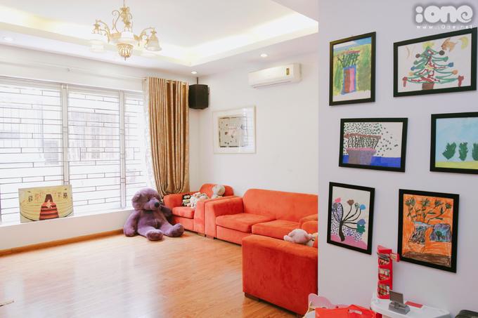 <p> Mi Vân đang sống cùng bố mẹ và con gái trong một căn nhà khang trang, nội thất đẹp mắt với tông sáng. Tầng trên cùng là không gian sinh hoạt chung dành cho mục đích giải trí của cả gia đình. Ở đây có cửa sổ lớn để đón nắng. Trên tường trang trí những bức tranh của bé Bào Ngư - con gái Mi Vân.</p>