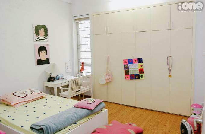 """<p> Bào Ngư được mẹ cho ngủ riêng từ bé. Căn phòng của cô nhóc nằm ở tầng 3, bao phủ bằng tông hồng """"kẹo ngọt"""". Còn bé nhưng Bào Ngư đã sớm tỏ ra rất điệu đà và có gu.</p>"""