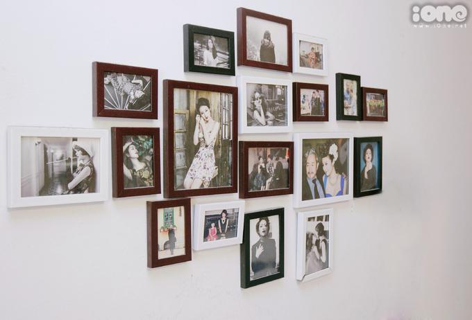 <p> Người đẹp trang trí phòng bằng loạt khung ảnh ghi lại những kỷ niệm đẹp trong cuộc đời.</p>