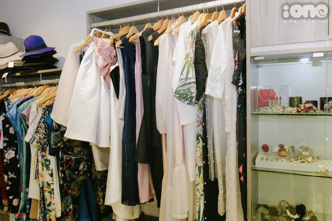 <p> Tủ quần áo của hot girl Hà thành rất đa dạng phong cách, trong đó có cả những món đồ để mặc hàng ngày và nhiều bộ váy điệu đà dành cho các sự kiện, dịp trọng đại.</p> <p> Mi Vân có phong cách thời trang đơn giản, năng động, cập nhật rất nhanh nhạy với các xu hướng của giới trẻ. Khi ra phố, Mi Vân thường chọn lối ăn mặc cơ bản, không quá nhiều chi tiết.</p>