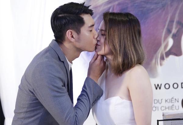 Quang Đăng bạo dạn hôn Thái Trinh trước đông người - 2