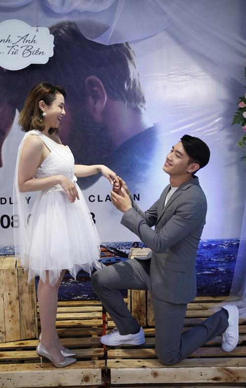 Quang Đăng bạo dạn hôn Thái Trinh trước đông người - 4