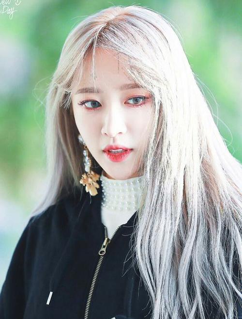 Ngoài đôi môi đỏ chót để tôn lên làn da trắng trẻo, Hani còn thường tạo điểm nhấn cho gương mặt bằng đôi mắt cũng được trang điểm kỹ càng bằng những tông màu rực rỡ.
