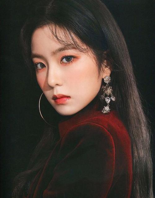 Đôi mắt của Irene thường được nhận diện bằng tông cam hồng trẻ trung, tôn lên nhan sắc ngọt ngào của thành viên Red Velvet.