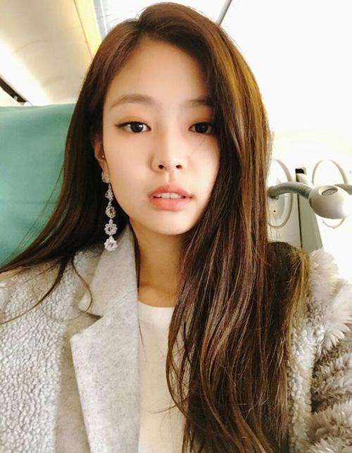 Đôi mắt một mí không phải là nhược điểm mà thậm chí còn là lợi thế lớn giúp Jennie luôn trông rất kiêu kỳ, thu hút, không bị chìm lẫn giữa các idol Hàn. Cô nàng cũng thường có cách trang điểm mắt khói để giúp mắt trông sâu và sắc sảo hơn.
