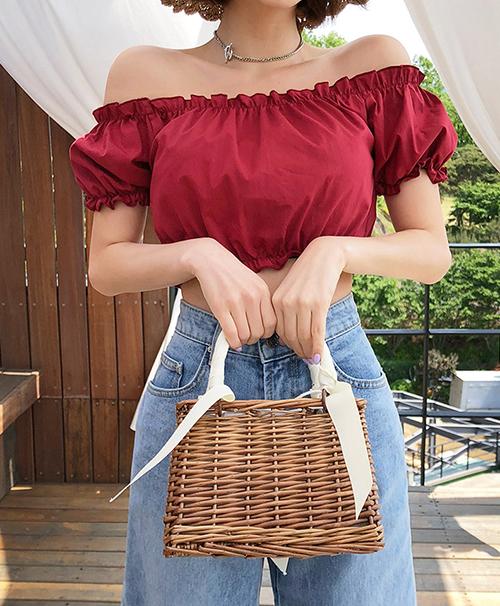 Kiểu túi xinh xắn này có rất nhiều mẫu mã khác nhau để bạn tha hồ chọn lựa như túi xách hay túi đeo chéo.Thay vì diện những mẫu túi cói đơn giản, những cô nàng ưa cầu kì cũng nên tự thêm thắt một số chi tiết nhỏ như nơ hay hoa giả để chiếc túi của mình thêm đáng yêu nhé.  Con gái cũng rất nên thử sắm những chiếc túi cói dạng hộp rất phù hợp cho những lần đi dã ngoại, vừa đựng được nhiều đồ vừa khiến bạn thêm nhẹ nhàng, nữ tính.