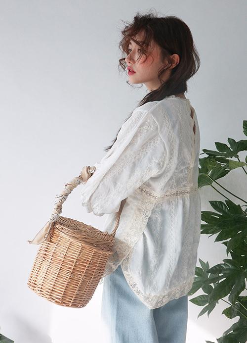 Con gái cũng rất nên thử sắm những chiếc túi cói dạng hộp rất phù hợp cho những lần đi dã ngoại, vừa đựng được nhiều đồ vừa khiến bạn thêm nhẹ nhàng, nữ tính.
