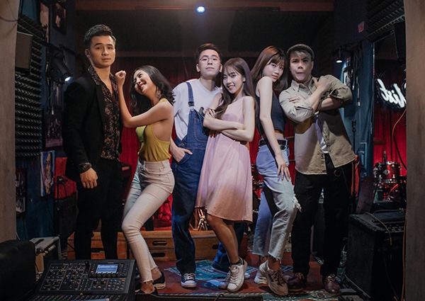 Tối 7/6, bộ ba Hà Anh - Đinh Mạnh Ninh - OSAD đã chính thức cho ra mắt MV mang tên Những Kẻ Dại Khờ. Đến từ một cơ duyên gặp gỡ tình cờ, OSAD cùng hai đàn anh là Hà Anh và Đinh Mạnh Ninh đã cùng hợp sức để sáng tác ca khúc Những Kẻ Dại Khờ. Đây cũng là sản phẩm đầu tiên OSAD kết hợp cùng hai nghệ sĩ chuyên nghiệp từ sau khi nổi tiếng với bản hit Người Âm Phủ.
