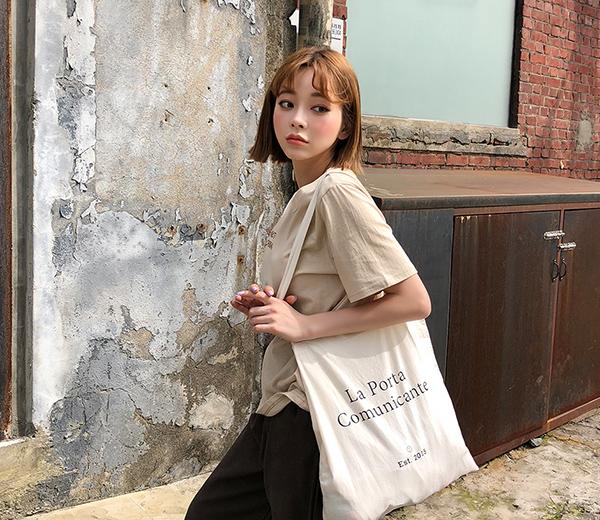 Nếu bạn là một cô nàng ưa phong cách vintage và muốn tìm một chiếc túi phù hợp cho mùa hè thì túi tote là thứ bạn cần. Vốn phổ biến nhờ thiết kế cực đơn giản, tiện lợi, kiểu túi này luôn được săn đón bởi các bạn trẻ yêu trang.
