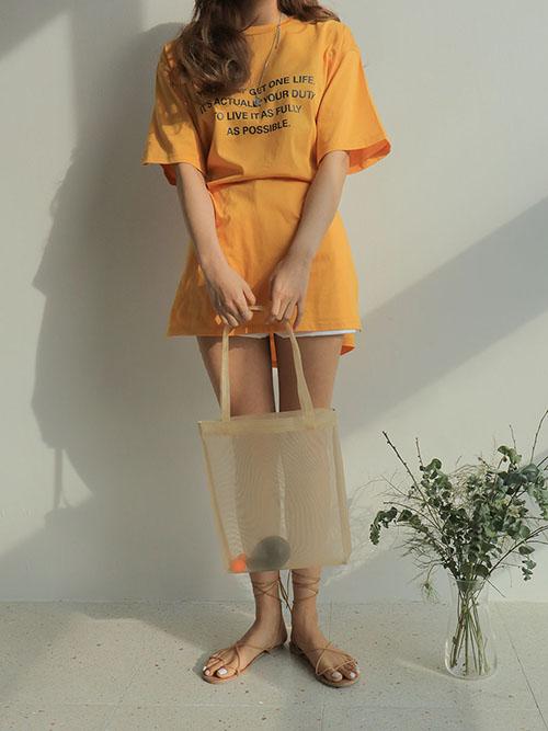 Loại túi hay ho này không chỉ có màu trong đơn giản mà còn có cả màu nổi trội như hồng, xanh biển, cam, vàng... rất hợp với mùa hè hay một số kiểu túi làm từ nhựa đục cũng rất xinh xắn.