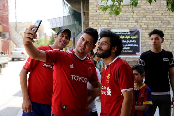 Tại thủ đô Baghdad của Iraq, Ali (20 tuổi) thường bị người dân trong khu phố Hurriya chặn lại để xin chụp ảnh cùng. Bởi chàng trai ấy giống như đúc một cầu thủ nổi tiếng của đất nước này. Từ bộ râu đen, tóc xoăn đến dáng người trong chiếc áo bóng đá, Hussein Ali khiến người đối diện phải nhận nhầm.