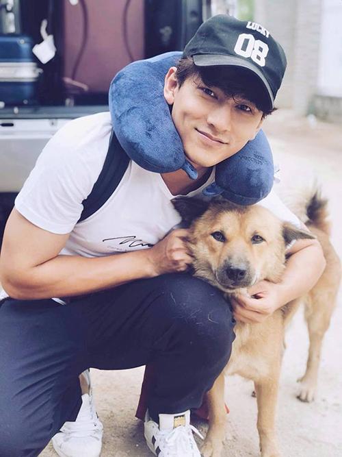 Isaac giản dị chụp hình bên cún cưng.