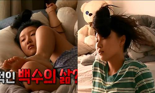 Hwa Sa nằm gác chân, gãi chân và buộc tóc hài hước khi ở nhà.