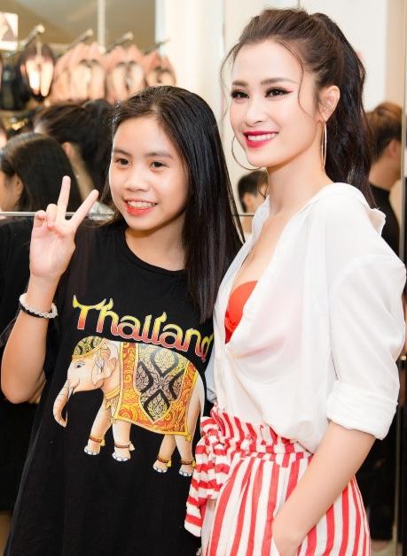 Fan nữ phấn khích tiếp cận được Đông Nhi để pose hình.