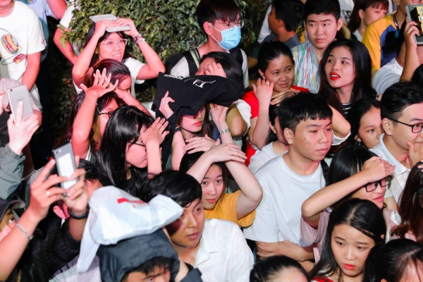 Rất nhiều fan đã túc trực để chờ đón giọng ca Bad boy. Trời bất chợt có mưa nhỏ nhưng không ngăn được sự hào hứng của hàng trăm bạn trẻ.