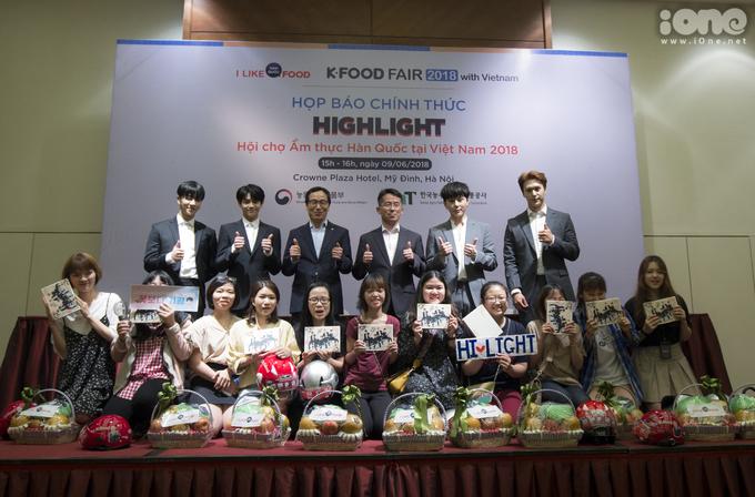 <p> Highlight cùng BTC chương trình chụp ảnh cùng các fan Việt.</p>
