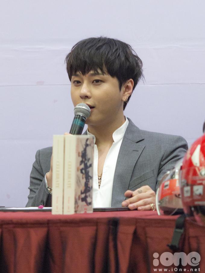 <p> Jun Hyung thấy bất ngờ trước sự chào đón nồng nhiệt của fan Việt trong chuyến sang Việt Nam lần này. Anh cho biết cả nhóm sẽ mang những màn trình diễn bùng nổ đến sự kiện tối nay.</p>