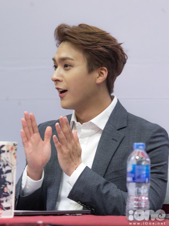 <p> Nam idol chia sẻ trong ẩm thực Hàn Quốc, anh thích nhất là các món có tương ớt vì anh đặc biệt thích ăn cay.</p>