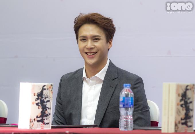 <p> Trong sự kiện, các chàng trai đồng loạt khoe vẻ bảnh bao với vest xám kết hợp sơ mi trắng. Dong Woon liên tục nở nụ cười thân thiện với fan Việt.</p>