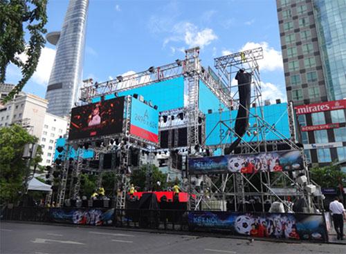 Sân khấu có thiết kế hiện đại được thi công bởi hàng chục tấn thiết bị.
