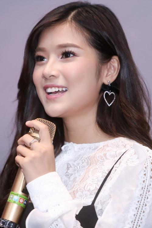 Khác biệt với hình ảnh trong sáng, dễ thương, nhí nhảnh trước đây, Hoàng Yến Chibi chịu làm xấu hình ảnh bản thân bằng việc trang điểm mascara tèm lem để phù hợp nội dung MV. Phong cách của cô trong sản phẩm này cũng trưởng thành, đa dạng hơn.