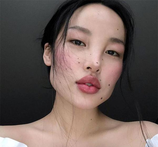 Tạp chí Elle viết về chân dài Tây Tạng: Có vẻ như chiều cao không phải thứ đưa Tsunaina đến với London Fashion Week mà chính là chiếc mũi độc đáo của cô. Cùng với làn da hoàn hảo, Tsunaina là mơ ước của các nhiếp ảnh gia.