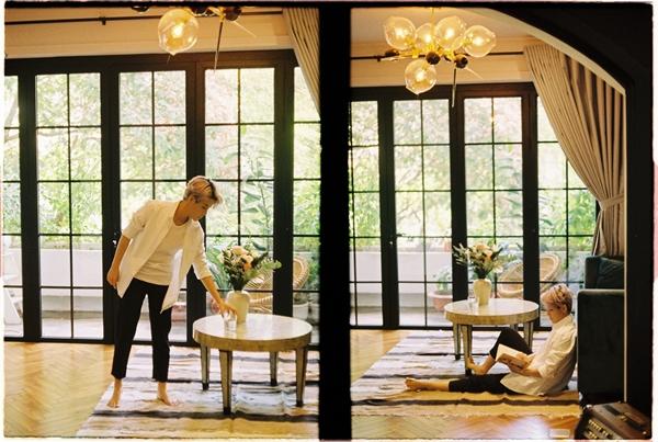 Trong khung cảnh giản dị của một ngôi nhà, cô nàng toát lên vẻ đời thường giản dị.