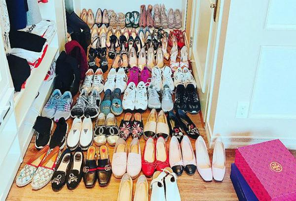 Kho giày của Phạm Hương nhiều chẳng khác gì một cửa hàng với toàn những món đắt đỏ đến từ nhiều thương hiệu cao cấp. Trong đó, chiếm đa số với khoảng hơn 100 đôi là giày cao gót, 50 đôi giày bệt và giày thể thao... Những thương hiệu yêu thích của người đẹp là Dior, Louboutin, Valentino, Gucci, Chanel, Louis Vuitton...