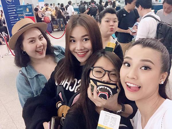 Thanh Hằng nghịch ngợm bẹo má Hoàng Yến Chibi khi cả dàn diễn viên Tháng năm rực rỡ hội ngộ ở sân bay.