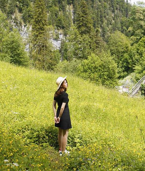 Ngọc Thảo trông chẳng khác gì cô công chúa tí hon giữa khung cảnh hoa vàng trên cỏ xanh đẹp như cổ tích.