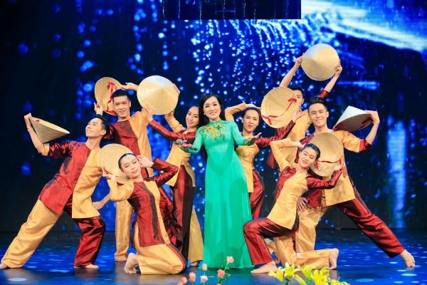 Ca sĩ Hà Vân mang đến chương trình nhạc phẩm Mưa trên quê hương (Minh Châu) như gợi nhắc về một thời thơ ấu gắn với những kỉ niệm vui vẻ cùng cơn mưa.