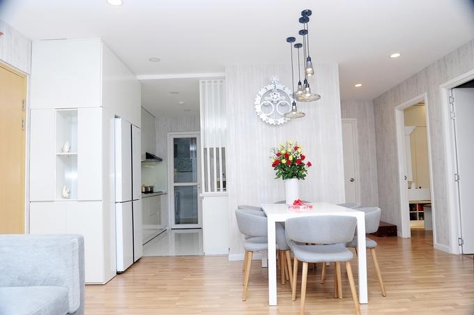 <p> Tổ ấm của Lâm Hùng rộng 120m2, giá 4 tỷ, nằm ở gần trung tâm thành phố. Không gian nhà thoáng mát, ánh sáng tràn ngập. Chính tay Lâm Hùng tỉ mỉ sửa sang, trang trí, thiết kế toàn bộ không gian cho phòng khách, bếp và phòng ngủ.</p>