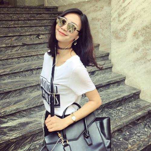 Giữa năm 2017, cô nàng trở thành tâm điểm gây chú ý trên mạng xã hội vì dính phải tin đồn là bạn gái mới của Decao (Cao Minh Thắng) - chàng fashionista nổi tiếng Hà thành - khi anh chàng chia tay bạn gái xinh đẹp Châu Bùi.