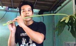 Chiến sĩ trẻ thổi sáo vi diệu bằng cành đu đủ