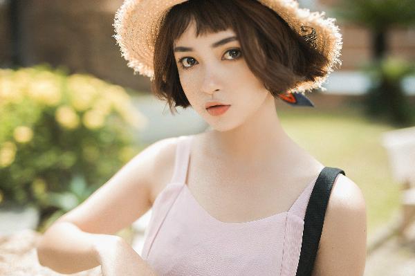 Mai Kỳ Hân là gương mặt trẻ đang được săn đón và nổi bật trong giới trẻ Sài Gòn. Cô bạn nổi tiếng là mẫu chụp lookbook được chọn mặt gửi vàng vì có gương mặt xinh như búp bê và mái tóc ngắn cá tính.