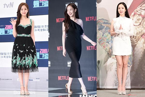 Với vẻ đẹp thanh tân, ngọt ngào, Park Min Young là tín đồ của các kiểu váy bánh bèo khi tham dự sự kiện. Cô ưa chuộng những kiểu váy ren, bèo nhún... nữ tính, tôn đường cong và chiều cao 1,64 m.