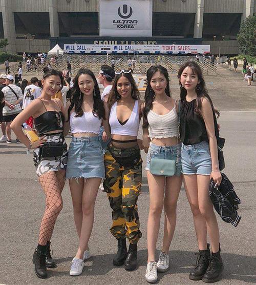 Ultra là lễ hội âm nhạc điện tử có quy mô hàng đầu thế giới, được tổ chức ở nhiều quốc gia khác nhau, trong đó Ultra Korea 2018 đang được nhiều bạn trẻ chú ý hơn cả. Sự kiện diễn ra trong 3 ngày 8-10/6, thu hút sự tham gia của hàng nghìn trai xinh gái đẹp đến từ Hàn Quốc và các nước lân cận, với thời trang đi quẩy cực kỳ đẹp mắt.
