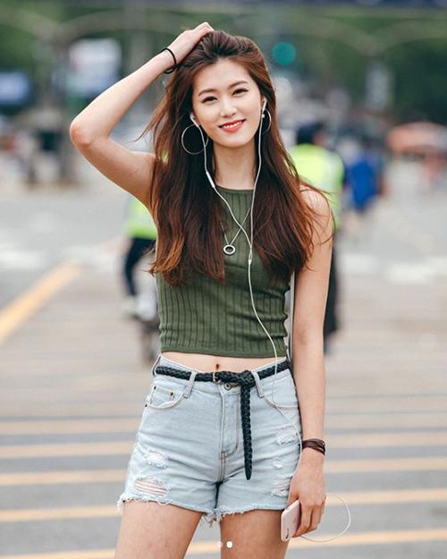 Chỉ cần tank top, quần jeans là các cô nàng đã có diện mạo tươi trẻ, năng động khi tham gia lễ hội âm nhạc.