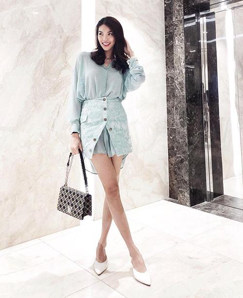 Cây đồ xanh mint mang đến cho Lan Khuê diện mạo rất mát mắt trong ngày hè. Siêu mẫu có cách kết hợp sáng tạo khi diện chân váy cùng sơ mi dáng dài và không cài hết khuy dưới.