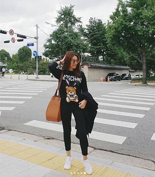 Thanh Hằng diện áo Moschino phối cùng túi big size ăn rơ màu sắc trên đường phố Seoul.
