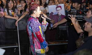 Khán giả đội mưa hơn 1 tiếng chờ Lou Hoàng - Only C biểu diễn