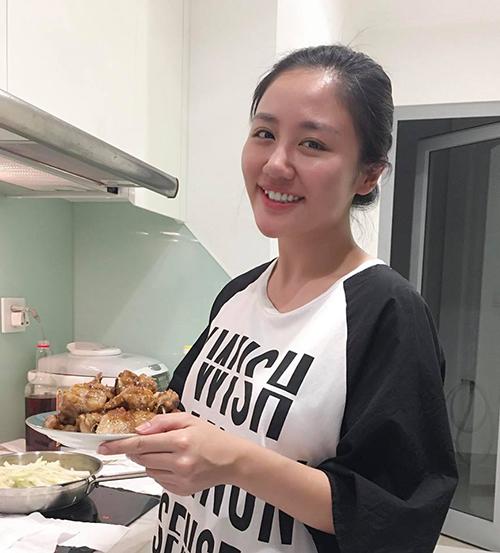 Văn Mai Hương thể hiện là cô gái đảm khi ở nhà tự tay nấu nướng nhiều món ngon.