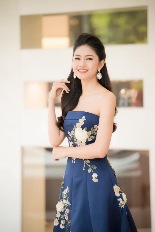 Á hậu Thanh Tú khoe vẻ mong manh, nụ cười rạng rỡ.