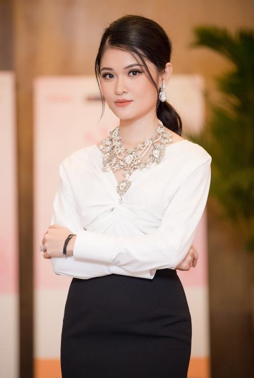 Á hậu Thùy Dung ngày càng được nhận xét đẹp sắc sảo,