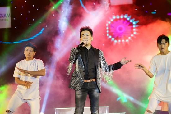 Quang Hà khiến khán giả MV Top Hits đứng ngồi không yên