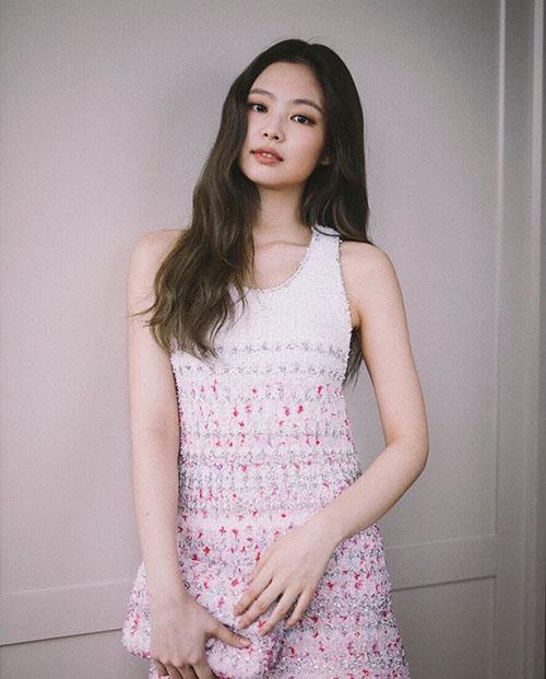 Jennie thay một chiếc váy đơn giản hơn khi tham dự sự kiện khác. Tông màu hồng không hề sến mà làm nổi bật nét sang chảnh của thành viên Black Pink. Túi clutch đồng màu tạo sự hài hòa cho set đồ.