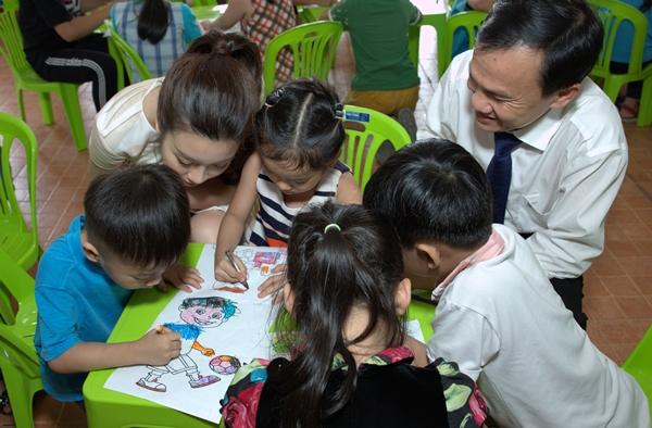 Mỹ Linh thân thiện hỏi thăm, vui đùa, ca hát cùng các bé.