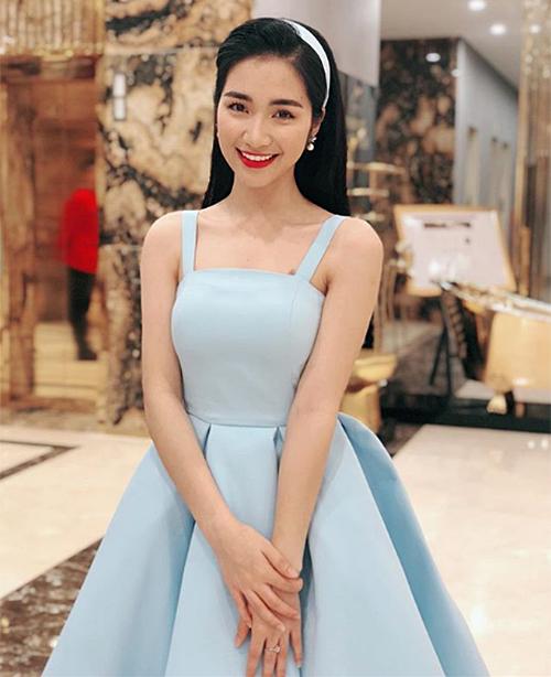 Sau khi mối tình với chàng tuyển thủ tan vỡ, Hòa Minzy chia sẻ trong một bài phỏng vấn cô sẽ không vì thế mà xóa đi hình xăm tên bạn trai cũ. Cuối năm 2017, khi diện váy gợi cảm, người đẹp vẫn để lộ hình xăm lấp ló trên ngực.