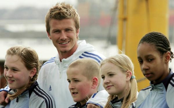 David Beckham cũng rất vui vẻ khi giao lưu với các fans nhí nhưng cựu danh thủ chẳng thể ngờ được cậu bé Harry Kane đứng bên trái mình sẽ có ngày trở thành sát thủ Ngoại hạng Anh và là sư tử đầu đàn dẫn dắt Tam sư chinh chiến tại World Cup 2018.